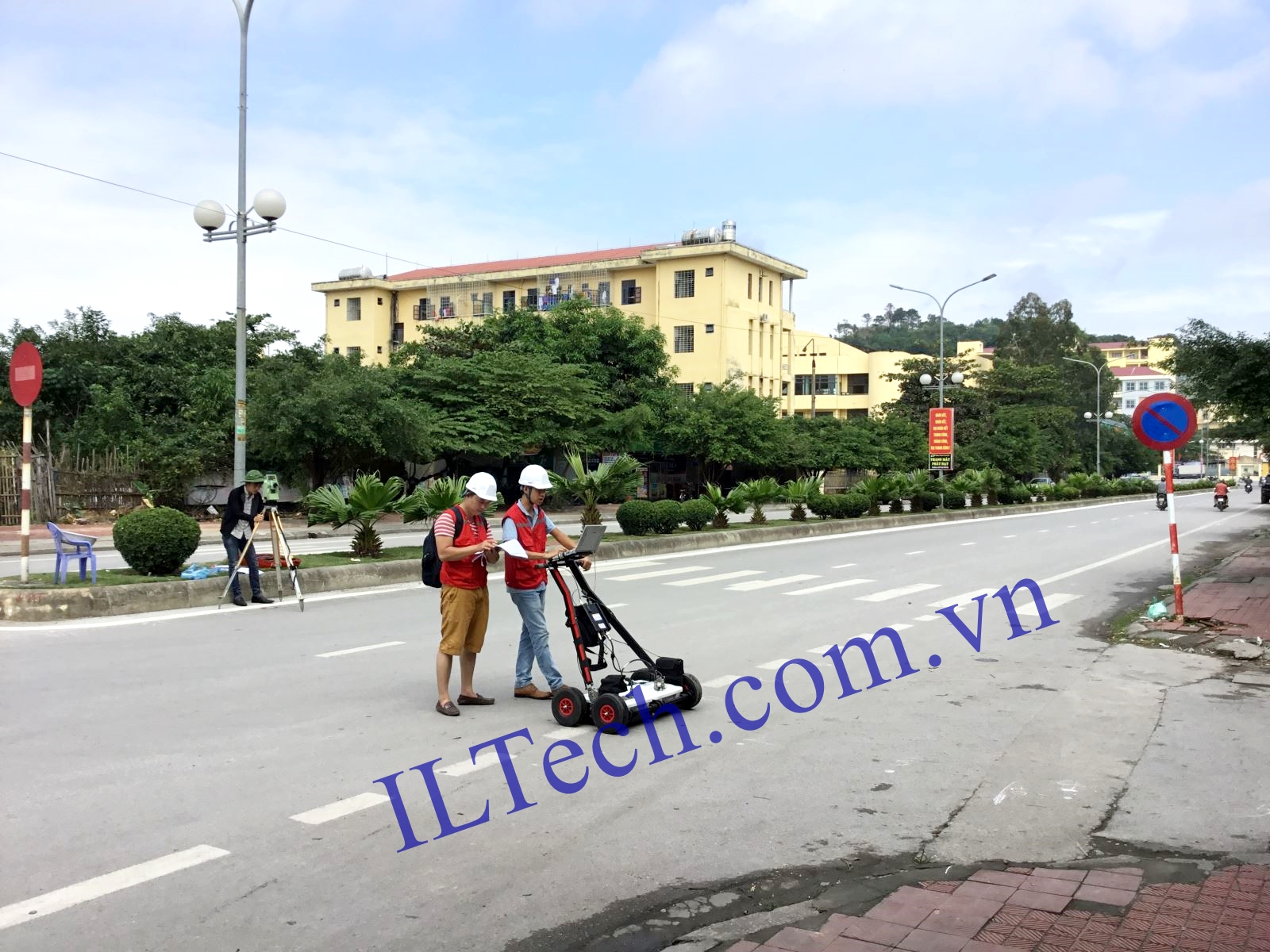 ILTech_GPR%20demonstration%20in%20Ha%20Long%20City.JPG